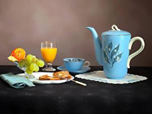 Fotos Stillleben Pfeifkessel Fruchtsaft Weintraube Mandarine Brot Tasse Weinglas Teller Lebensmittel