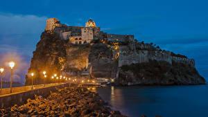 Hintergrundbilder Italien Burg Brücke Abend Ruinen Felsen Straßenlaterne Castello Aragonese