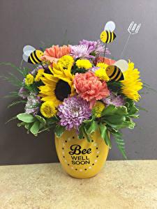 Fotos Sträuße Chrysanthemen Nelken Sonnenblumen Bienen Grauer Hintergrund Vase Blumen