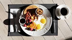 Hintergrundbilder Kaffee Messer Frühstück Tasse Bretter Teller Spiegelei Essgabel