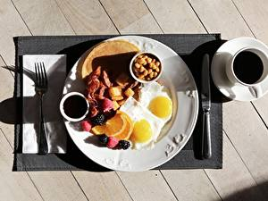 Hintergrundbilder Kaffee Messer Frühstück Tasse Bretter Teller Spiegelei Essgabel Lebensmittel