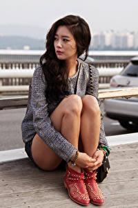 Bilder Asiaten Brünette Sitzend Starren Hand Bein Mädchens