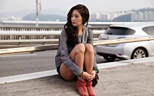 Bilder Asiaten Brünette Sitzend Starren Hand Bein