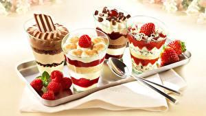 Bilder Nachtisch Speiseeis Erdbeeren Himbeeren Schokolade Löffel
