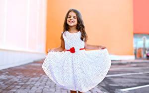 Bilder Kleine Mädchen Lächeln Kleid Kinder