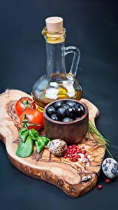 Fotos Gemüse Tomate Oliven Farbigen hintergrund Schneidebrett Flasche das Essen