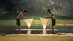 Fotos Asiatische Wasser 2 Jungen Shorts Nass Kinder