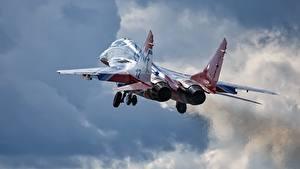 Fotos Flugzeuge Jagdflugzeug Start Luftfahrt Russisches Mikojan-Gurewitsch MiG-29 Flug Luftfahrt