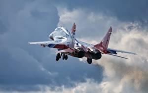 Fotos Flugzeuge Jagdflugzeug Start Luftfahrt Russische Mikojan-Gurewitsch MiG-29 Flug Luftfahrt