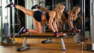 Bilder Fitness Blond Mädchen Trainieren Bein Spiegel Mädchens Sport