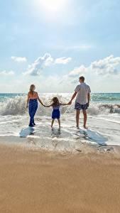 Bilder Wasserwelle Mann Strand Hinten Drei 3 Kleine Mädchen