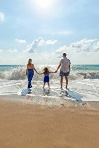 Bilder Wasserwelle Mann Strand Hinten Drei 3 Kleine Mädchen Kinder