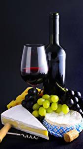 Bilder Wein Weintraube Käse Schwarzer Hintergrund Weinglas Flaschen