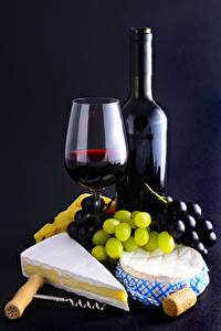 Bilder Wein Weintraube Käse Schwarzer Hintergrund Weinglas Flasche