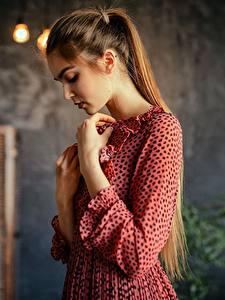 Hintergrundbilder Kleid Hand Braune Haare Aleksei Iurev junge frau