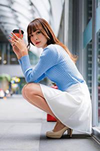 Fotos Asiatische Sitzend Rock Sweatshirt Blick Unscharfer Hintergrund junge frau