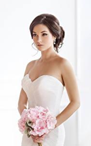 Bilder Sträuße Braunhaarige Brautpaar Kleid