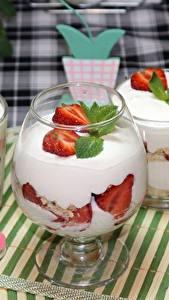 Fotos Nachtisch Erdbeeren Trinkglas Weinglas Die Sahne Lebensmittel