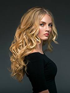 Hintergrundbilder Lockige Blondine Blond Mädchen Starren Frisuren Junge frau