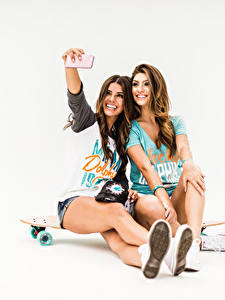 Bilder Skateboard Selfie Lächeln 2 Grauer Hintergrund Mädchens