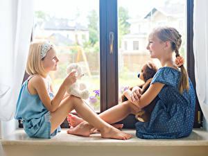 Hintergrundbilder Teddybär Fenster 2 Kleine Mädchen Lächeln kind