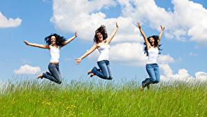 Fotos Drei 3 Braune Haare Sprung Gras Glücklich Hand Mädchens