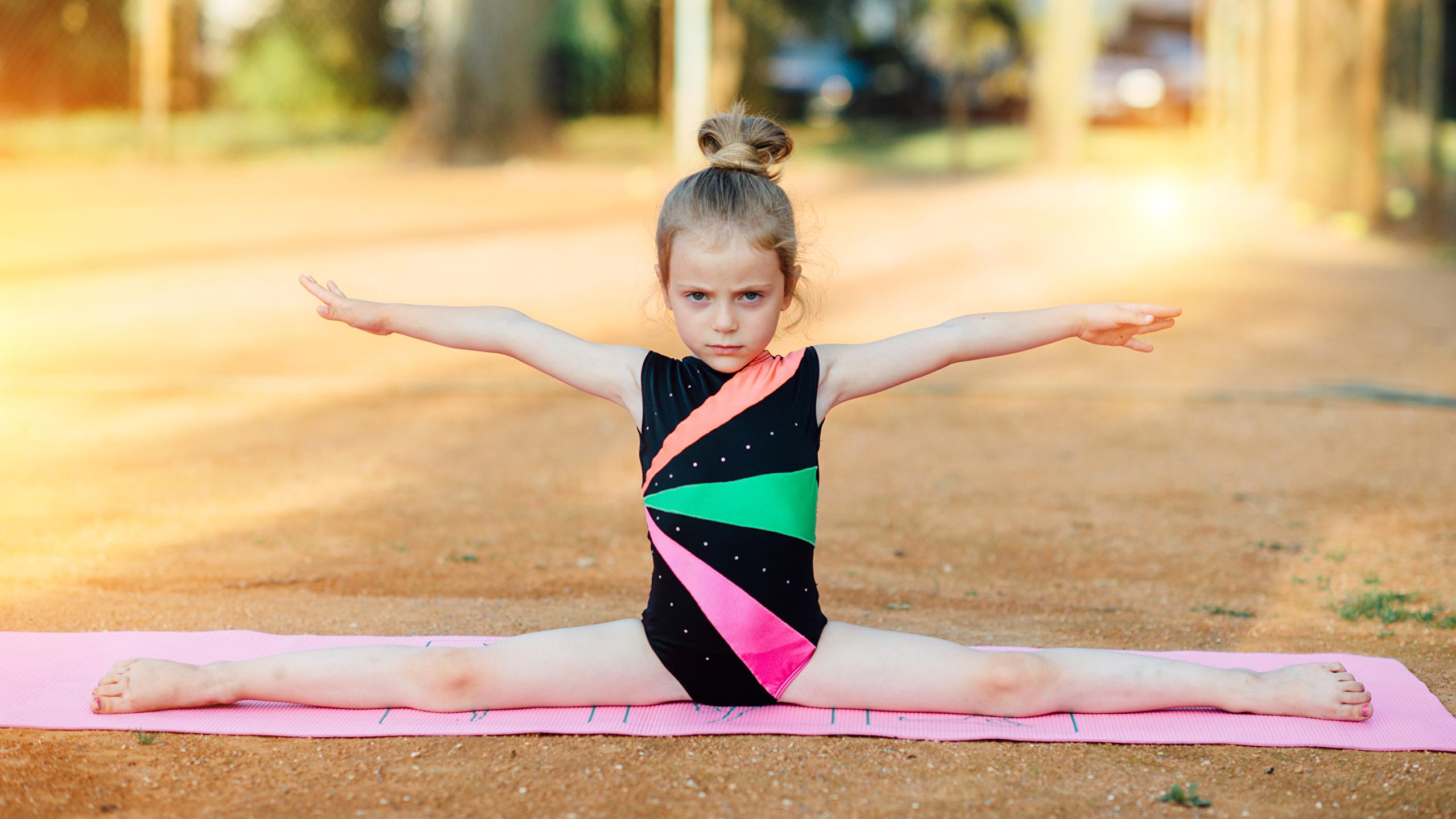 Picture Little girls twine gym Children Gymnastics Hands 2560x1440