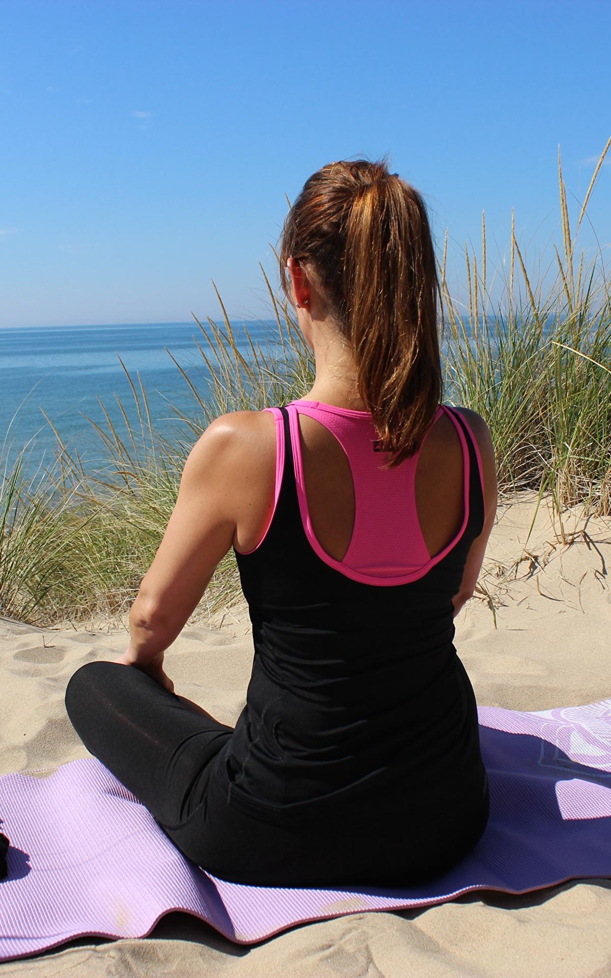 Bilder von Braunhaarige Joga Mädchens Sand Gras Brille Sitzend 1200x1920 Braune Haare Yoga