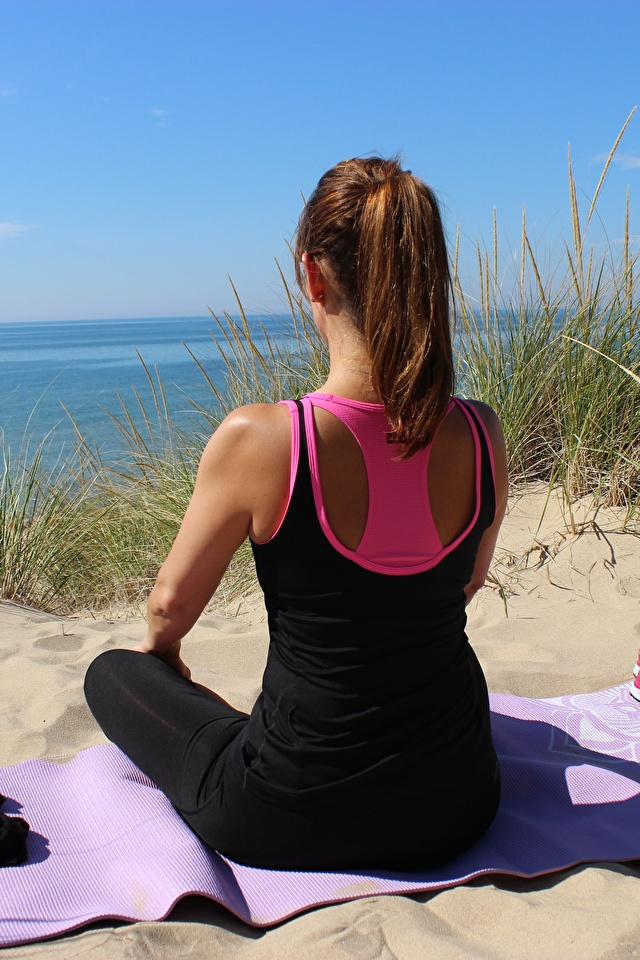 Bilder von Braunhaarige Joga Mädchens Sand Gras sitzt Brille 640x960 Braune Haare Yoga sitzen Sitzend