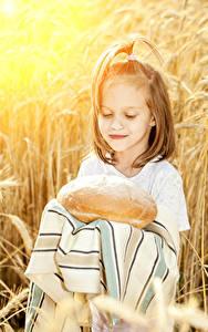 Fotos Brot Kleine Mädchen Kinder