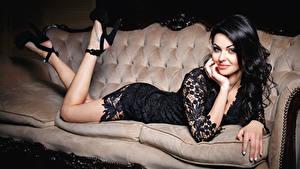 Hintergrundbilder Brünette Lächeln Sofa Bein Kleid High Heels Mädchens