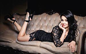 Hintergrundbilder Brünette Lächeln Sofa Bein Kleid High Heels