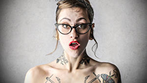 Fotos Brille Tätowierung Erstaunen junge frau