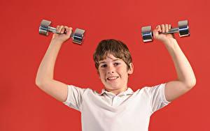 Hintergrundbilder Roter Hintergrund Junge Hand Hantel kind