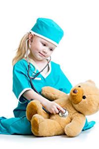 Hintergrundbilder Knuddelbär Weißer hintergrund Kleine Mädchen Mütze Krankenschwester kind