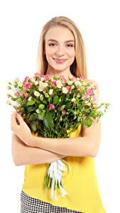 Hintergrundbilder Sträuße Rosen Weißer hintergrund Blondine Lächeln Hand Mädchens