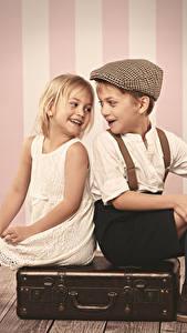 Fotos Junge Kleine Mädchen Koffer Lächeln Sitzt Kinder
