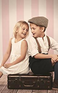 Fotos Junge Kleine Mädchen Koffer Lächeln Sitzend Kinder