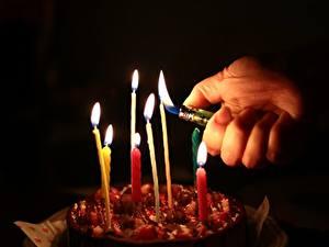 Fotos Torte Kerzen Feuer Finger Schwarzer Hintergrund Hand