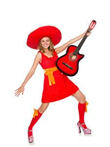 Fotos Weißer hintergrund Blondine Glücklich Gitarre Kleid Der Hut