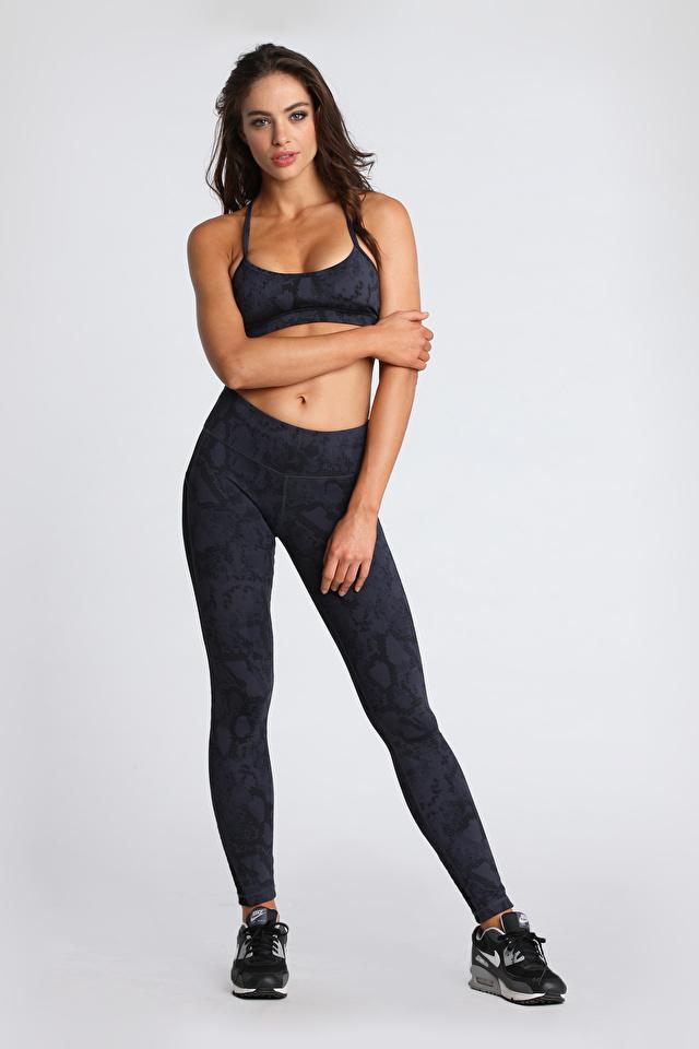 Fotos Brünette Nicole Meyer Pose Fitness Grau Mädchens Bein Hand Uniform 640x960 für Handy posiert graue graues junge frau junge Frauen