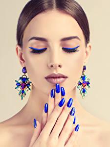 Fotos Finger Farbigen hintergrund Braune Haare Gesicht Make Up Ohrring Maniküre Blau Mädchens
