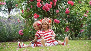 Bilder Park Rosen Puppe 2 Kleine Mädchen Strauch Sitzen Grugapark Essen Natur