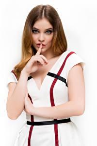 Desktop hintergrundbilder Barbara Palvin Finger Gestik Braune Haare Kleid Hand Starren Weißer hintergrund Prominente Mädchens