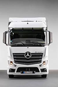 Desktop hintergrundbilder Mercedes-Benz Lastkraftwagen Vorne Weiß Metallisch  auto