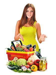 Hintergrundbilder Gemüse Weidenkorb Braunhaarige Weißer hintergrund Mädchens Lebensmittel