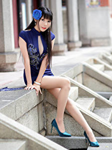 Fotos Asiatisches Brünette Sitzt Kleid Bein Blick Bokeh
