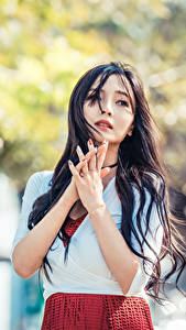 Hintergrundbilder Asiaten Brünette Hand Starren Unscharfer Hintergrund junge frau