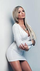 Hintergrundbilder Ashley Bulgari Posiert Pose Kleid Starren Junge frau Mädchens