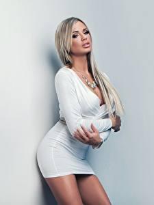 Hintergrundbilder Ashley Bulgari Posiert Pose Kleid Starren Junge frau